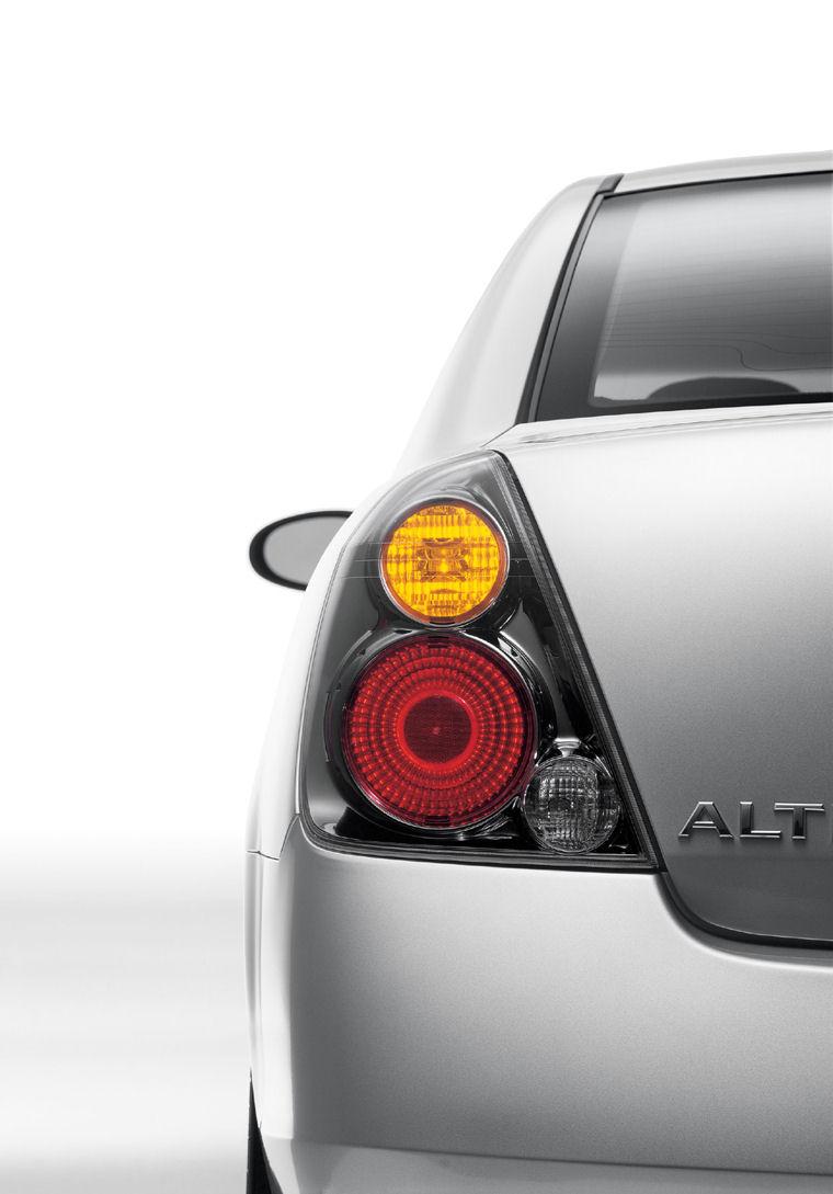 2002 Nissan Altima 3.5 SE Tail Light Picture
