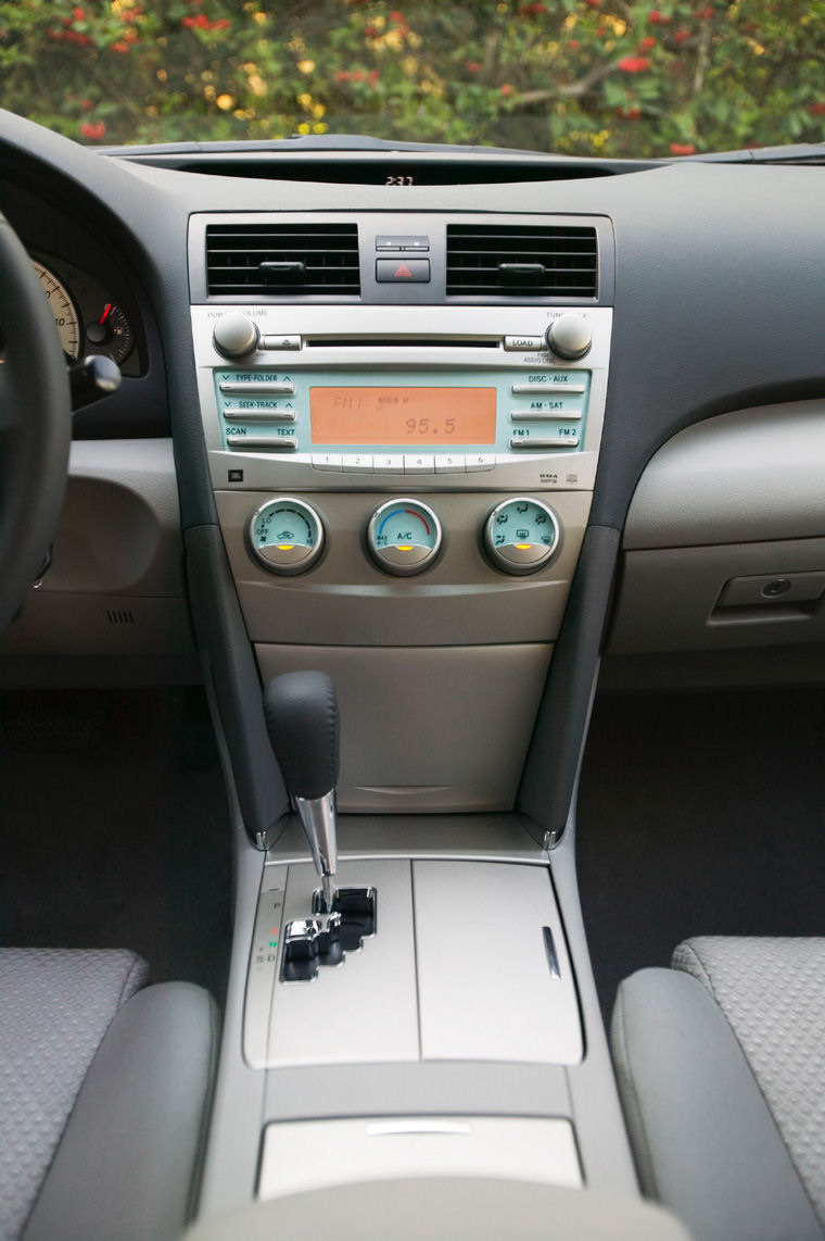 2008 toyota camry se center console picture pic image. Black Bedroom Furniture Sets. Home Design Ideas